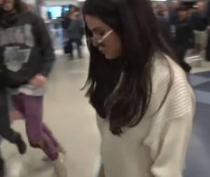 Selena Gomez sempre più magra: pantalone in pelle beige VIDEO