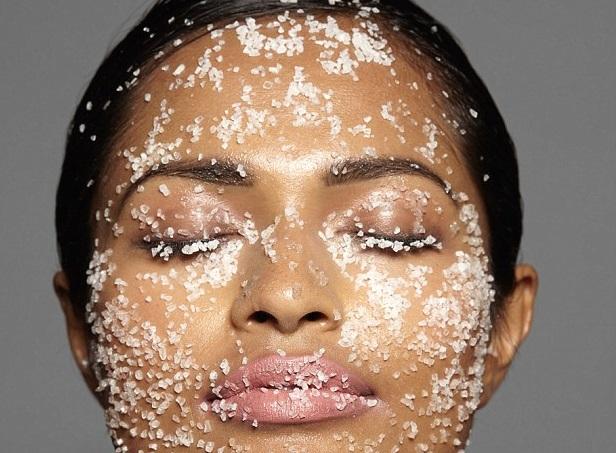 Zucchero combatte le rughe: mettilo sul viso (non nella pancia)!