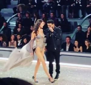 Bella Hadid rivede il fidanzato Abel sulla passerella di Victoria's Secret VIDEO