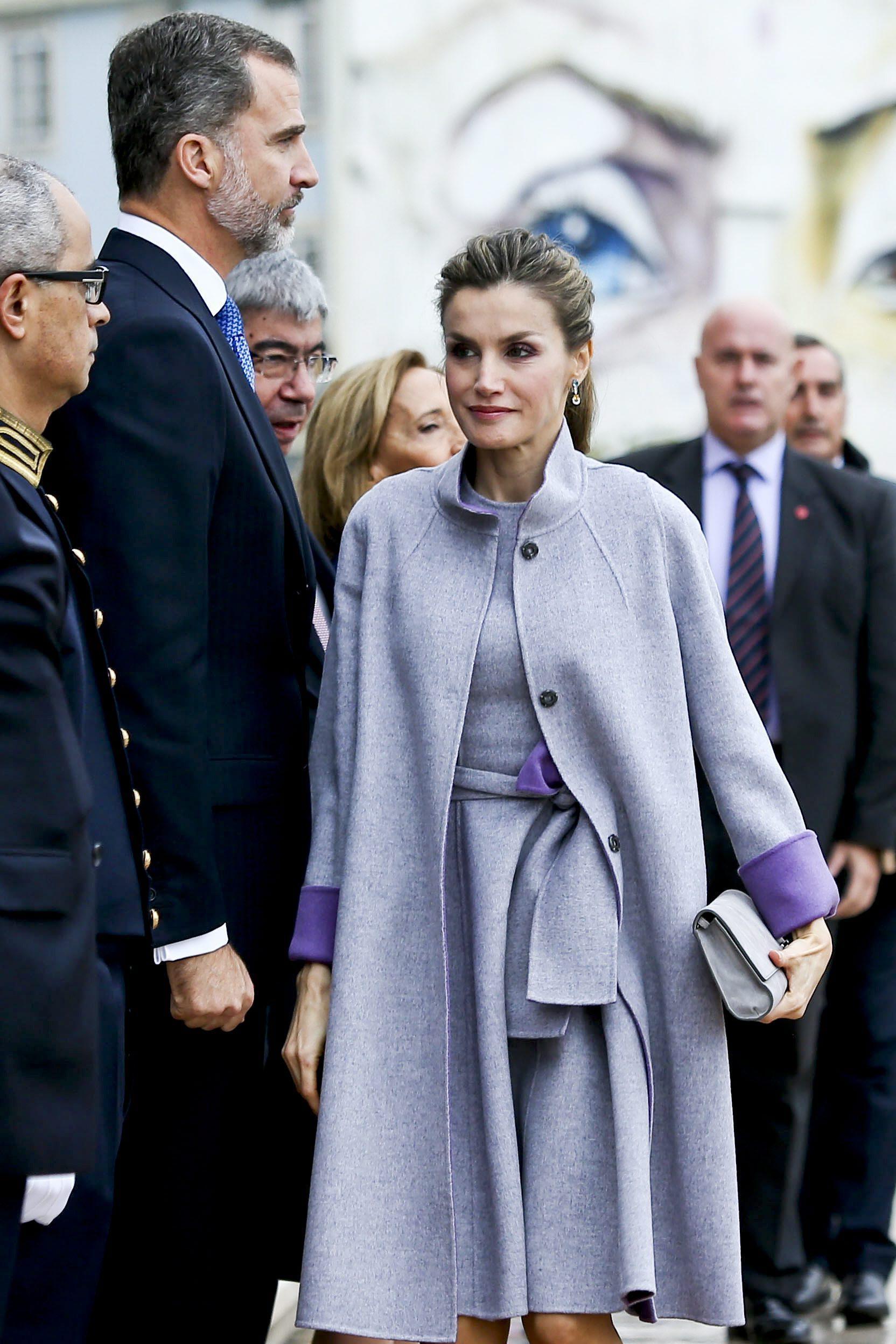 Letizia Ortiz, cappottino viola chiaro e scarpa pitonata FOTO