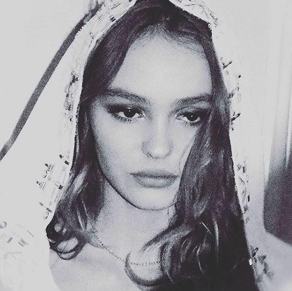 "Lily Rose Depp versione ""Vergine Maria Chanel"" LA FOTO"
