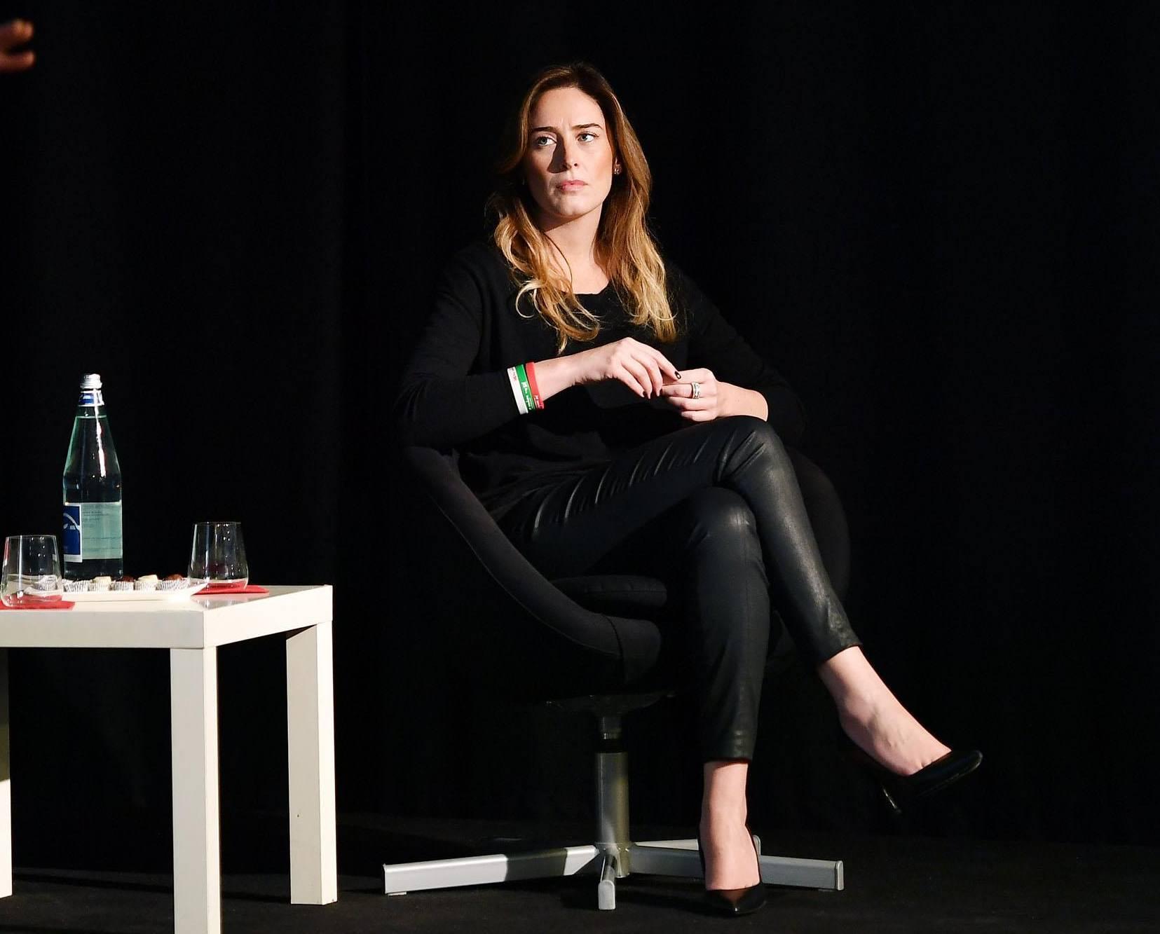 Maria Elena Boschi total black: pantaloni stretti e tacchi ...