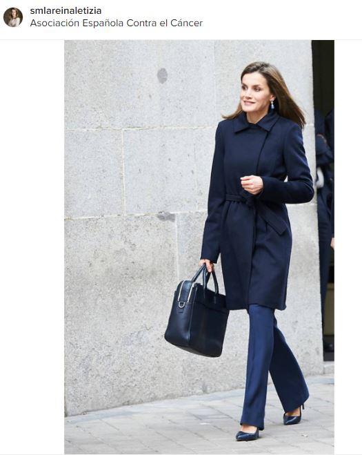 Letizia Ortiz chic in blu: cappottino e tacchi FOTO
