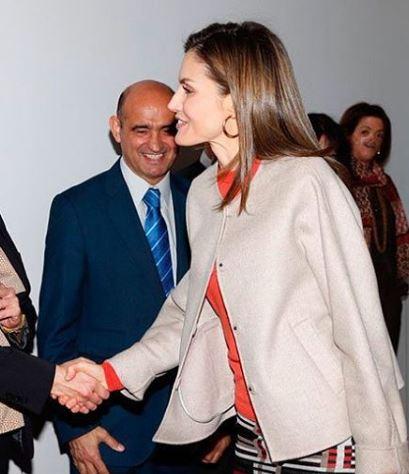 Letizia Ortiz look: longuette, maglia rossa e tacchi FOTO