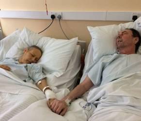 Coppia di malati terminali si tiene la mano fino alla fine FOTO commove web