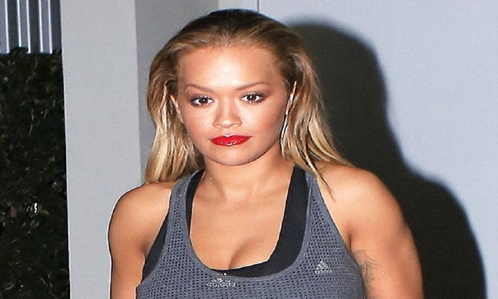 """Rita Ora con i leggings """"vedo non vedo"""": curve al top FOTO 1"""