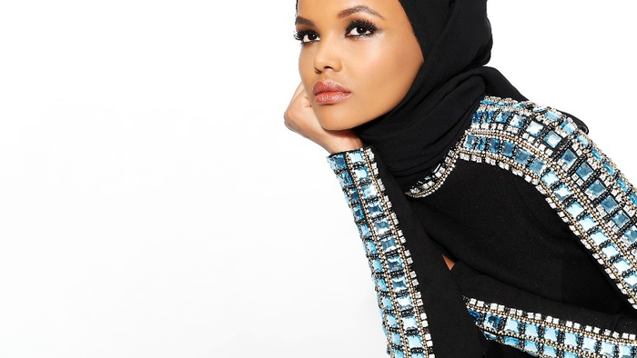 Alberta Ferretti, modella Halima Aden in passerella con hijab