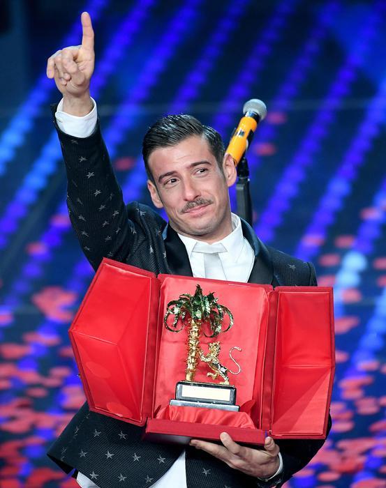 """Sanremo 2017, Francesco Gabbani è il vincitore con """"Occidentali's Karma"""""""
