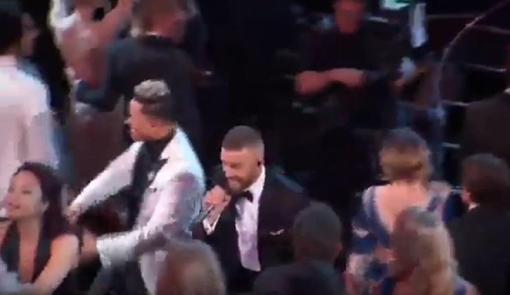 Justin Timberlake balla con Jessica Biel, poi la bacia