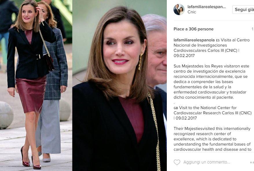 Letizia Ortiz più sensuale che mai: tubino in pelle bordò