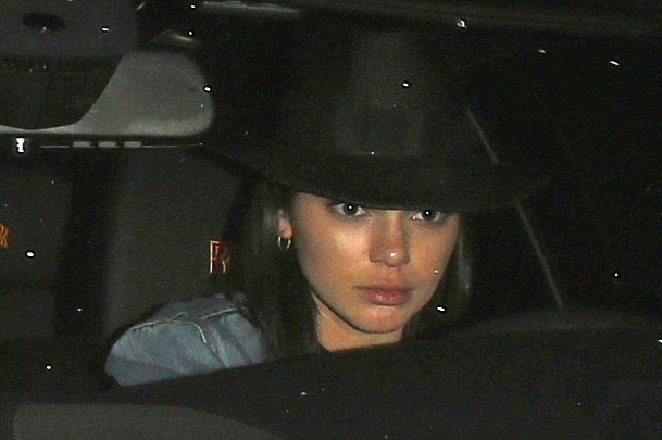 Kendall Jenner in auto con l'amica senza trucco4