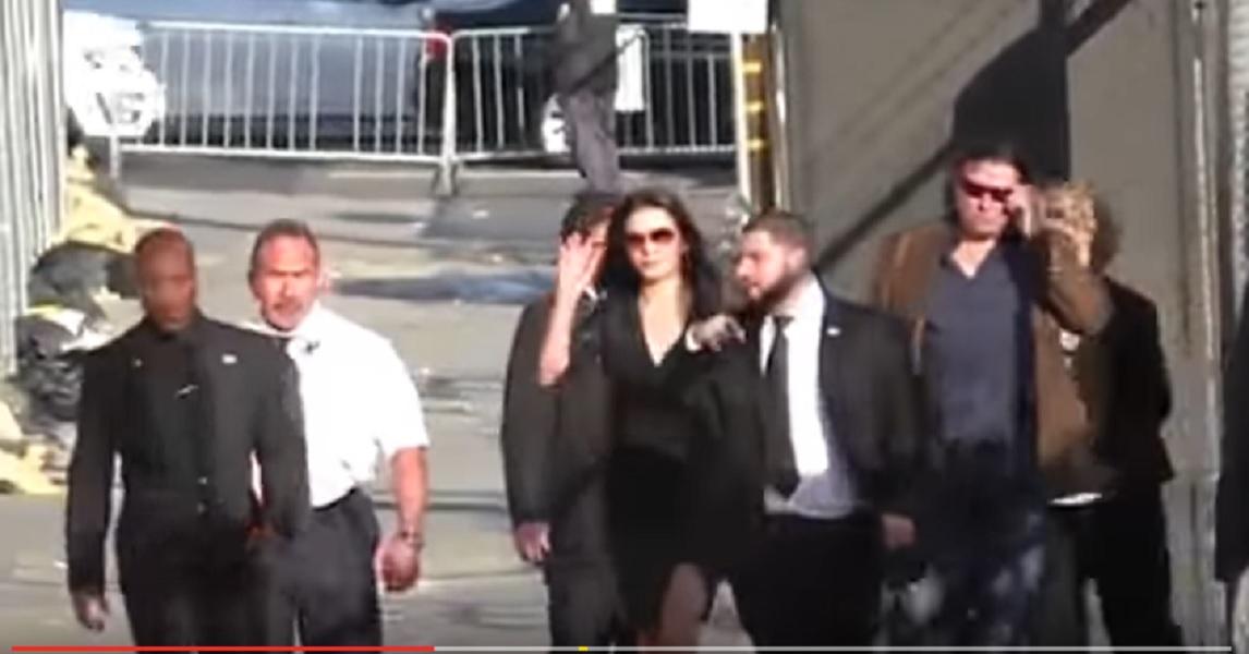 Catherine Zeta Jones, abito corto e gambe in vista! Super a 47 anni FOTO