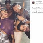 Rita Ora, addio reggiseno: maglia trasparente viola FOTO