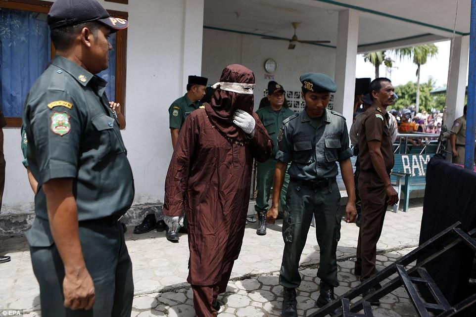 Rapporto prima del matrimonio, frustata in Indonesia per la sharia