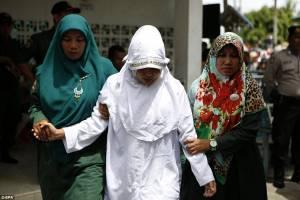 Rapporto prima del matrimonio, frustata in Indonesia per la sharia 4