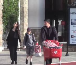 Angelina Jolie magrissima e in total black a Los Angeles VIDEO
