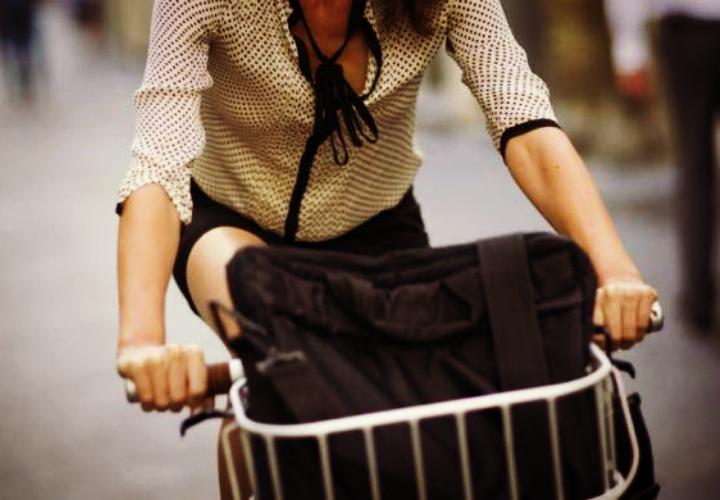 Tumori, andare al lavoro in bici dimezza il rischio