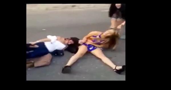 Quattro ragazze litigano tirandosi i capelli l'un l'altra