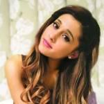 Ariana Grande torna in Florida. Tuta e scarpe basse: distrutta dal dolore