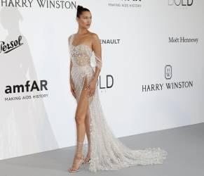 Cannes, Galà amfAR VIDEO Bella Hadid ruba scena con questo abito2