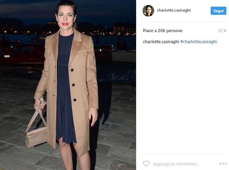 Charlotte Casiraghi chic a Venezia: abito blu e impermeabile