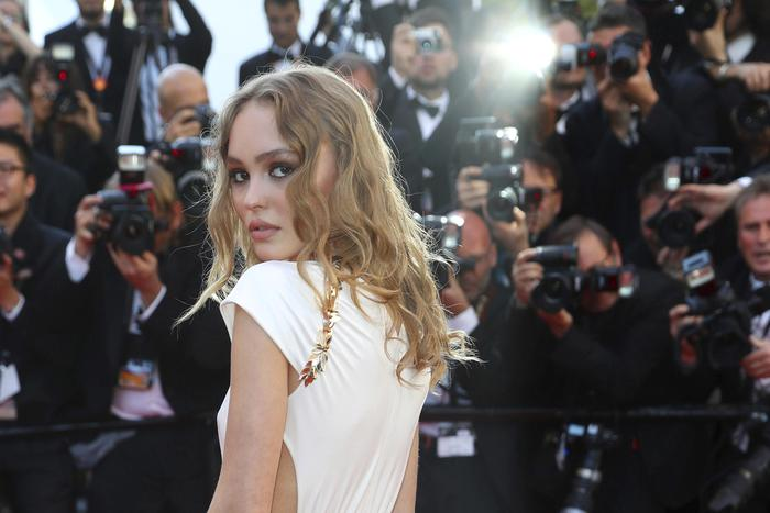 Cannes 2017, Lily Rose Depp sensuale in Chanel FOTO