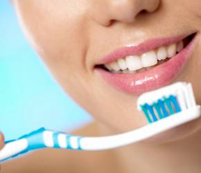 Come si devono lavare i denti? Sembra una domanda dalla risposta ovvia, ma non sempre ci si occupa della propria igiene orale nel modo migliore.
