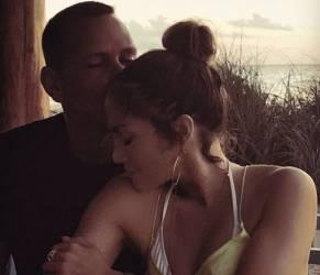 Jennifer Lopez e Alex Rodriguez teneri sui social FOTO...al bacio