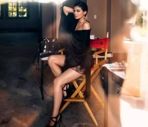 Kylie Jenner sensuale: kimono nero in seta e pizzo FOTO