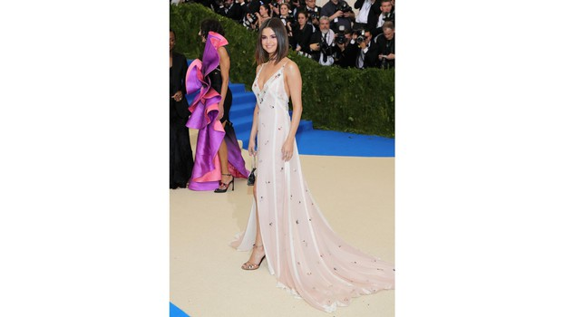 Selena Gomez, look in lingerie romantica al Met Gala 10