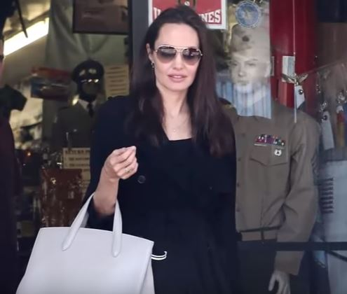 Angelina Jolie total black per lo shopping a Hollywood VIDEO