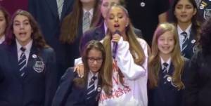 L'abbraccio di Ariana Grande VIDEO: la giovane corista scoppia in lacrime