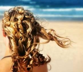 Capelli al sole, al mare, in piscina: come proteggerli