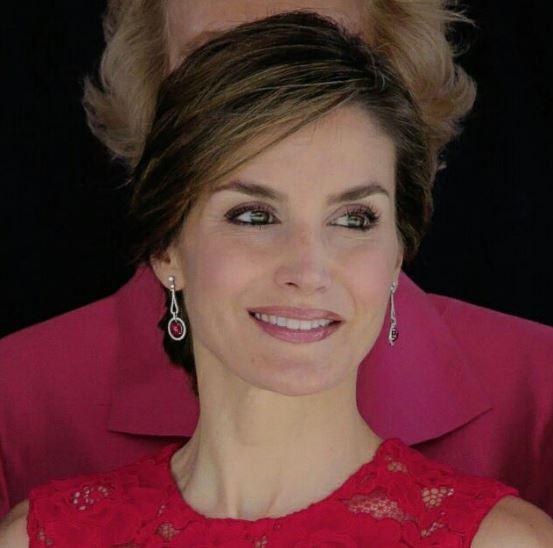 Letizia Ortiz incanta: abito rosso firmato Carolina Herrera