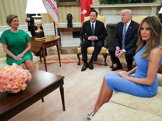 Melania Trump, abito blu aderente e tacco 12 alla Casa Bianca