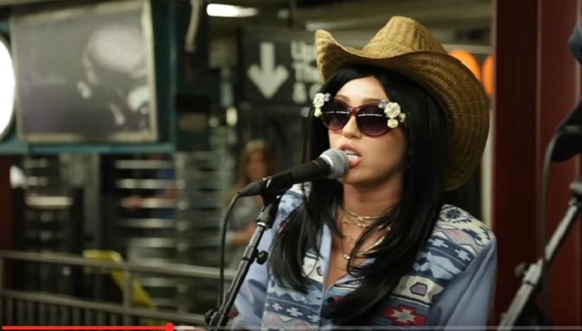 Miley Cyrus stupisce i fan: ecco cosa fa nella metro di New York VIDEO