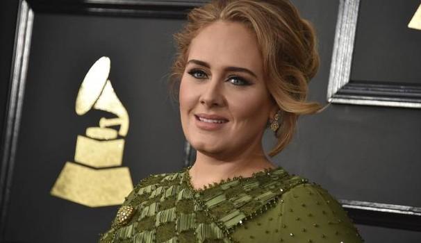 """Adele, problemi alle corde vocali. Stop al tour: """"Sono distrutta"""""""