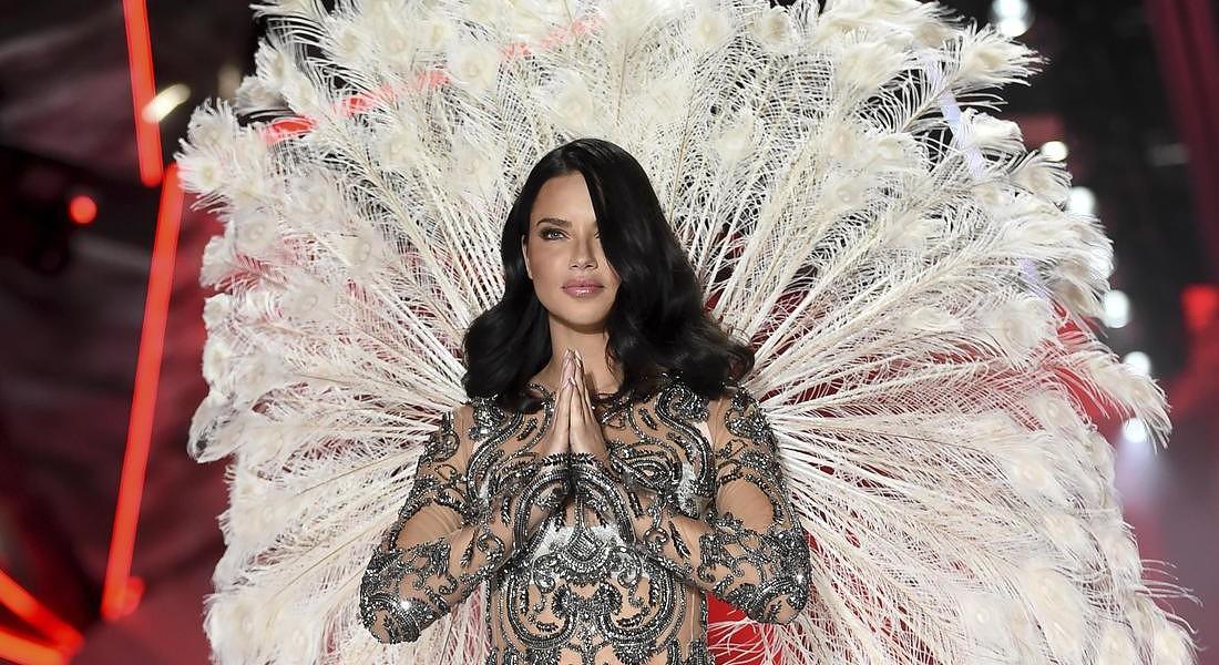 Adriana Lima si commuove alla sua ultima sfilata per il Victoria's Secret Fashion Show