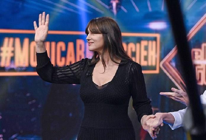 Monica Bellucci, abito attillato con gonna semitrasparente: curve al top
