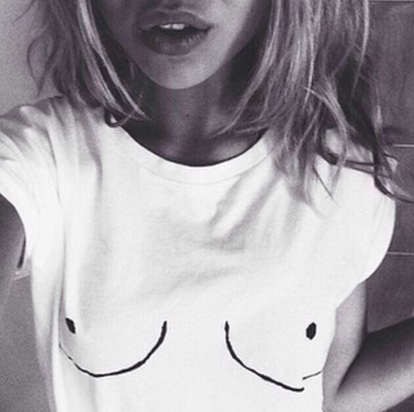 Moda, il must have dell'estate è la boobs t-shirt!