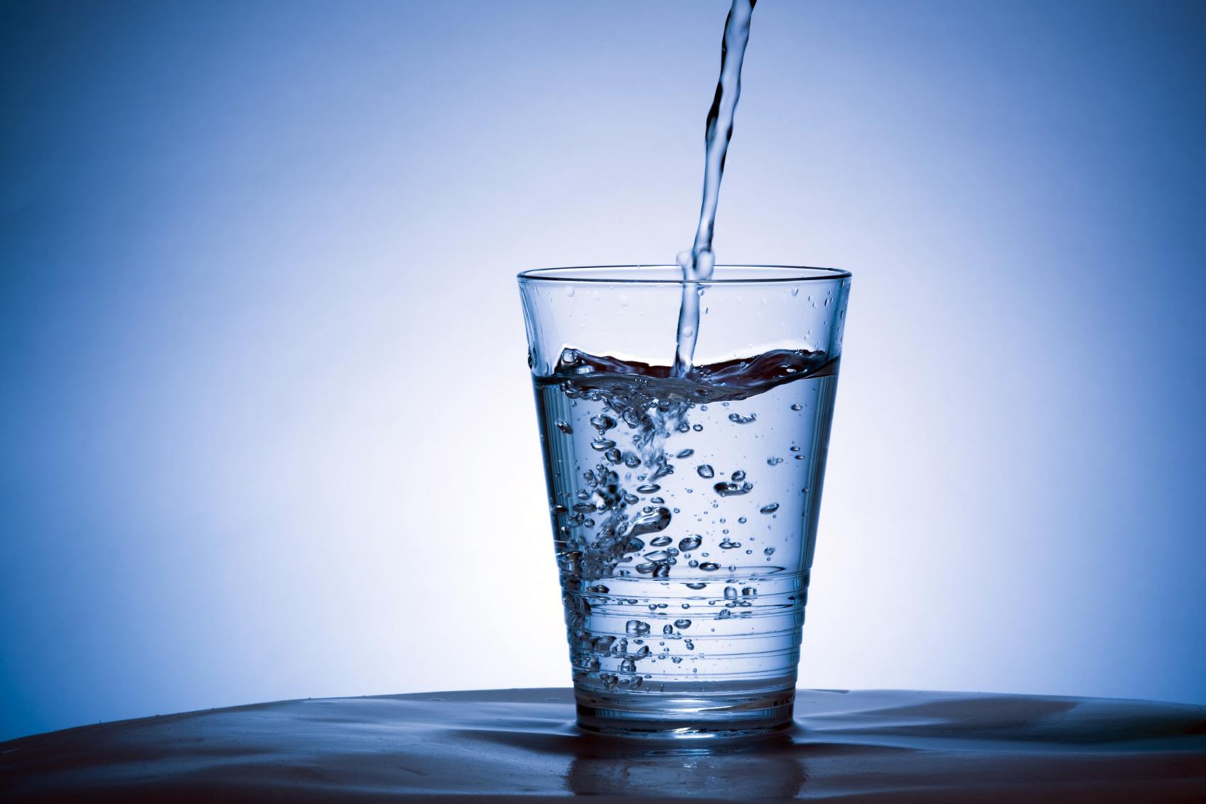 Acqua frizzante? Può rovinare i denti e causare gonfiori