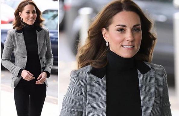 Quanto è chic Kate Middleton in total black e giacca grigia