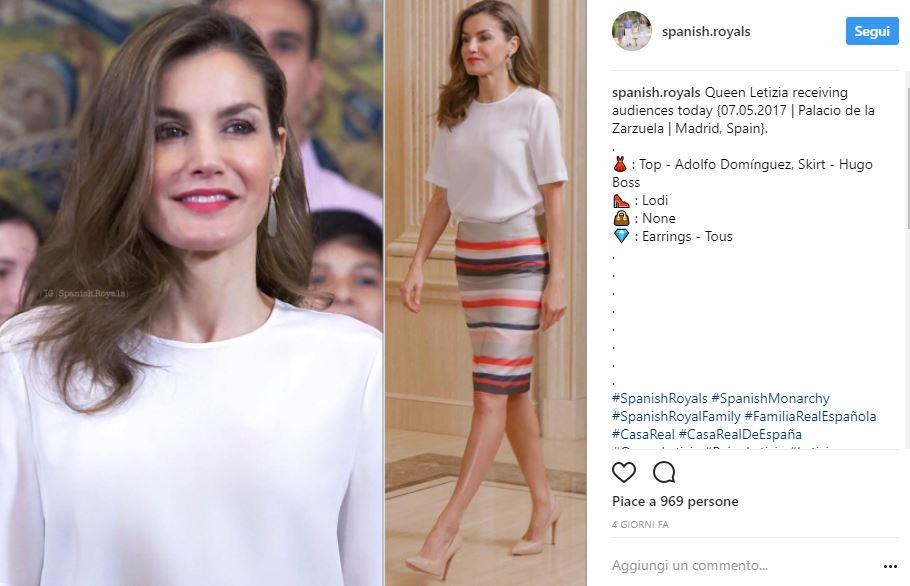 Letizia Ortiz look: gonna longuette multicolor e tacchi