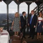 Melania Trump: tubino firmato Hervé Pierre blu e bianco
