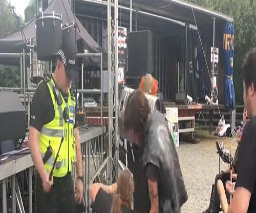 Poliziotto scatenato al concerto della cover band degli Splipknot: col manganello....VIDEO