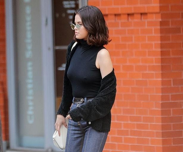Selena Gomez provoca: maglia trasparente e sotto... FOTO