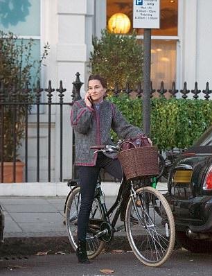 Kate Middleton, sorella Pippa casual chic: cappotto vintage FOTO