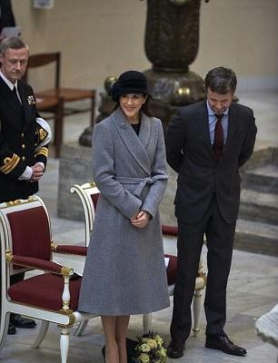 Mary di Danimarca sfida Kate Middleton: cappotto grigio fa tendenza! FOTO