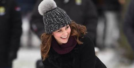 Kate Middleton sportiva: cappotto e doposci, gioca a hockey! FOTO