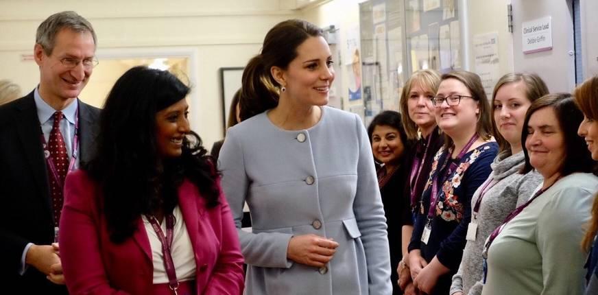Kate Middleton, cappotto e tacchi: sotto la pioggia è super chic! FOTO